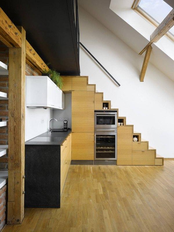 Кухня под лестницей – функционально