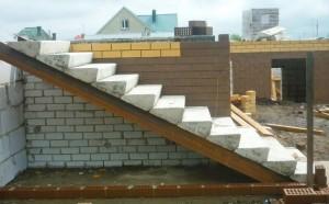 Строительство и облицовка бетонного крыльца
