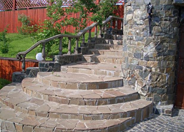 Дизайнерская работа: лестница из битой плитки