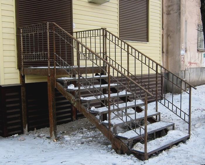 Лестница из дерева для дачи
