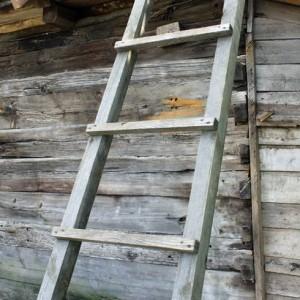 Приставная деревянная лестница: красота в простоте