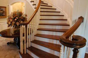 Лестница в обрамлении деревом: эстетика и польза