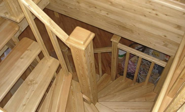 Поворотная лестница из сосны с