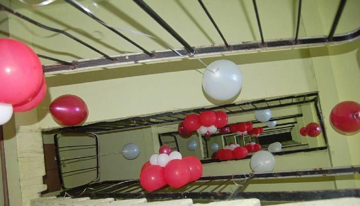 Воздушные шары, наполненные гелием, будут висеть между маршами