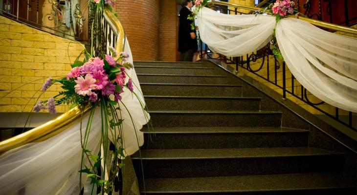 Свадебный декор лестницы к дому