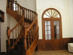 Деревянная лестница: купить или собрать?