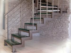 Стильные лестницы из сурового металла
