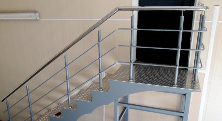 Прочная, стильная, безопасная – лестница, выполненная по всем канонам безопасности