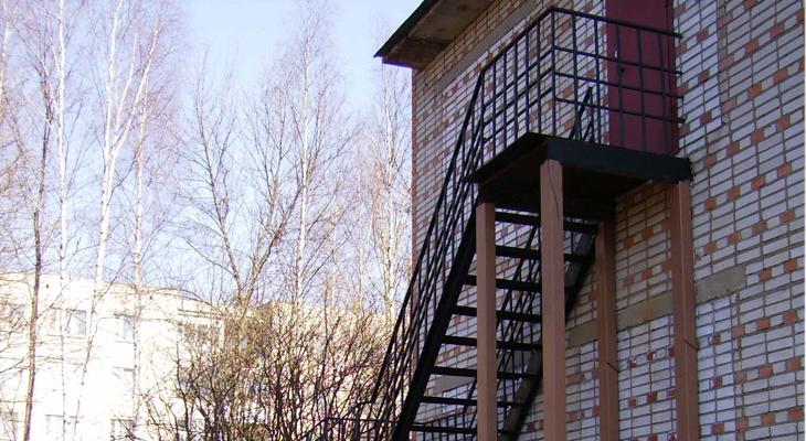 Пожарная лестница в любом здании должна быть очень крепким и безопасным сооружением