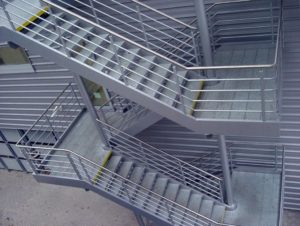 Эвакуационная лестница: необходимый элемент и украшение здания