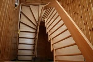 Элегантность и самобытность забежной лестницы