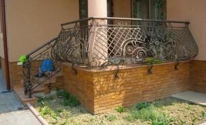 Красивые ограждения для крыльца: украсьте вход  в дом
