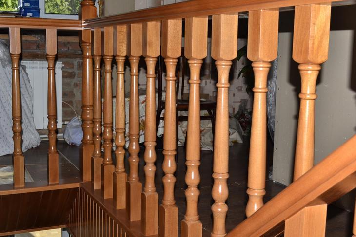 Ровный ряд деревянных балясин