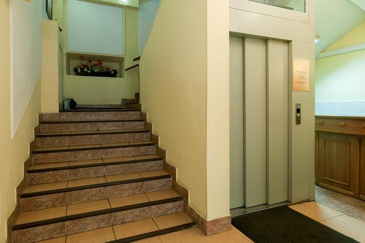 Обычная лестница вокруг лифтовой шахты