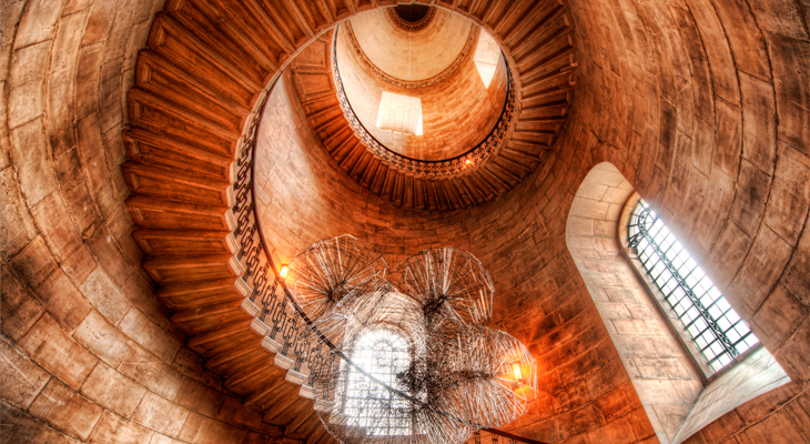 Причудливо сделанная винтовая лестница