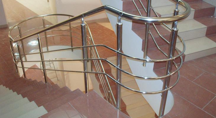 Красивая лестница с удобными перилами