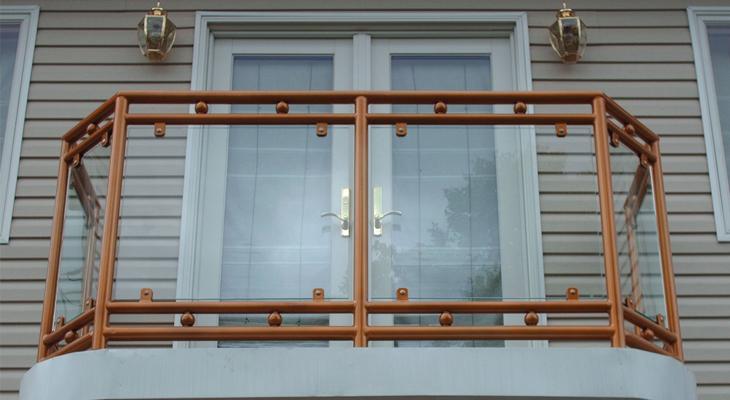 Сочетание дерева и стекла на балконе