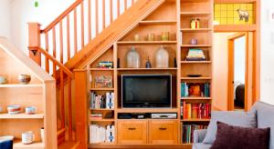 Интересные дизайнерские решения оформления пространства под лестницей