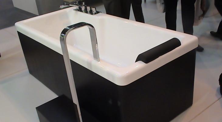 Ванна, оборудованная поручнем