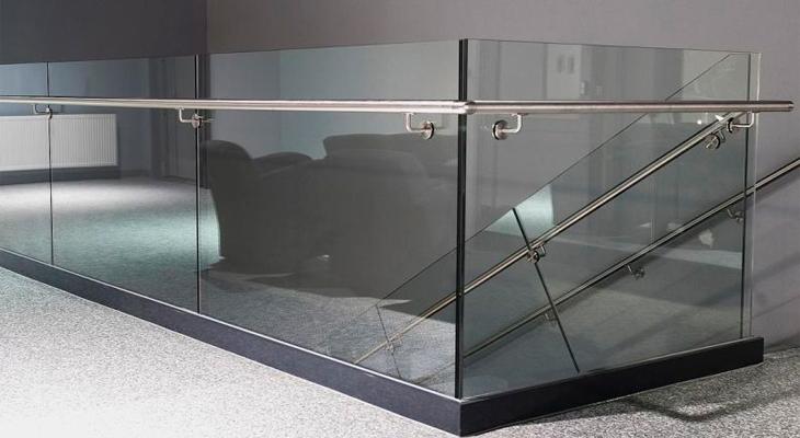 Стекло и металл на внутренней лестнице