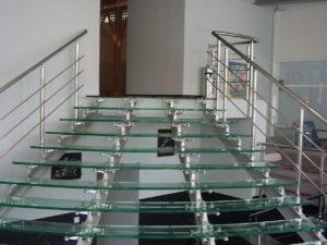 Необходимая фурнитура для стеклянных лестниц