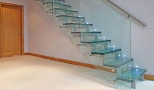 Особенности стеклянных ступеней для лестниц