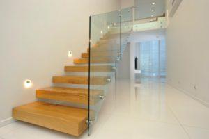 Лестница из стекла и дерева