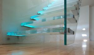 Бесспорные достоинства стеклянных лестниц