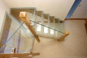 Как обеспечить уход за стеклянными перилами для лестниц?