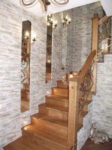 Особенности декора из декоративных камней на лестнице