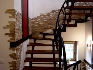 Декор из декоративных камней на лестнице