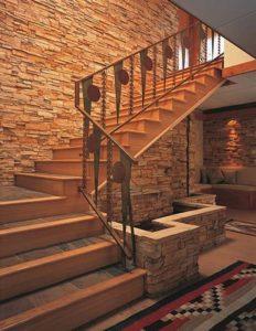 Варианты отделки лестниц камнем