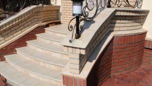 Как выполнить отделку лестницы искусственным камнем?