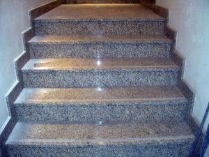 Достоинства ступеней для лестниц из гранита