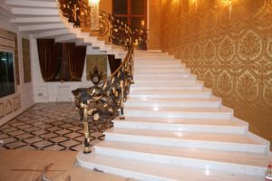 Лестница в доме из камня