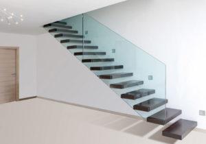 Как вписать консольную лестницу со стеклянным ограждением в интерьер?