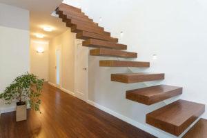 Варианты крепления консольной деревянной лестницы