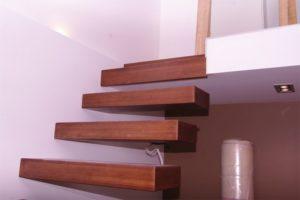 Как выполнить монтаж консольной лестницы с поворотом на 90 градусов?