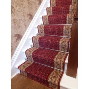 Крепим ковер на лестнице