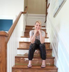 Чем и как красить деревянную лестницу