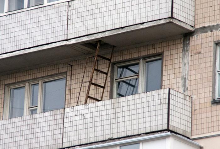 Балкон с пожарной лестницей