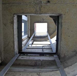 Балкон с пожарной лестницей – можно ли его стеклить?