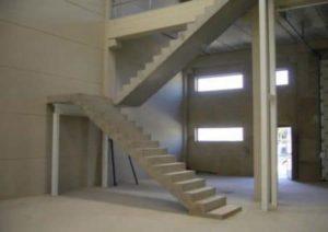 Как соединить лестницу с потолком